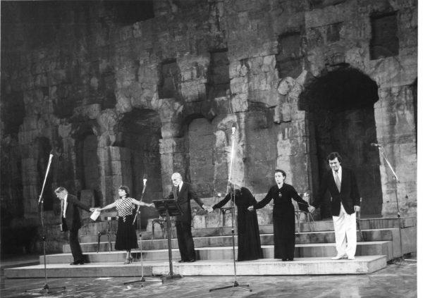 Ηρώδειο. Πρώτη εμφάνιση, διαβάζοντας κάποια ενδιάμεσα κείμενα ανάμεσα σε απαγγελίες μονολόγων αρχαίας τραγωδίας. Από αριστερά: Θάνος Κωτσόπουλος, Σοφία Μυρμηγκίδου, Μάνος Κατράκης, Ελένη Χατζηαργύρη, Ασπασία Παπαθανασίου, Στάθης Λιβαθινός