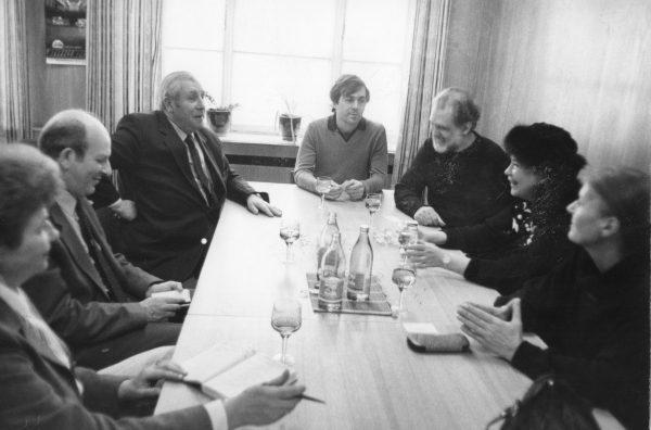 Στην Ένωση Σοβιετικών Θεατρικών Συγγραφέων.  Από δεξιά: Κατερίνα Ζορμπαλά, Τζένη Καρέζη, Κώστας Καζάκος, Στάθης Λιβαθινός (ως μεταφραστής), Βαλέρι Σιντνικόφ. Βαλέρι Ιβάνόφ, Λύντια Καρατσούμπα